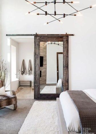 Межкомнатная дверь с зеркалом с одной стороны: как выбрать + фото в интерьере