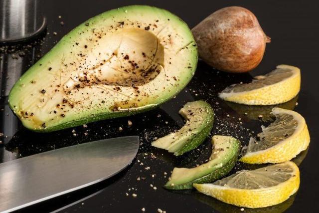 Как правильно выбрать спелый авокадо в магазине, советы