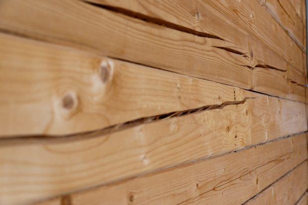 Какой брус выбрать для строительства дома: сухой или естественной влажности + видео
