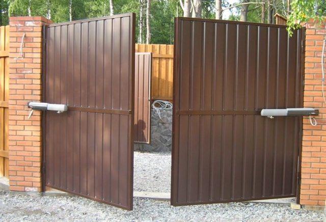 Как выбрать распашные ворота для гаража или забора: видео + фото